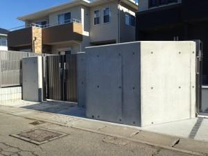 コンクリート打ち放しの門柱工事