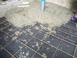 土間コンクリート打ち込み中