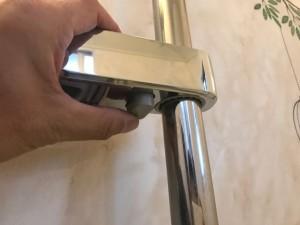 新しいスライドフックはボタンを押しながらバーを上下