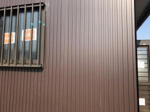 新しいガス給湯器は屋外壁掛タイプですので外壁材に取り付けします