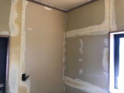 クロスとホーローパネルを貼る部分にパテ処理を行って壁下地を平滑にします