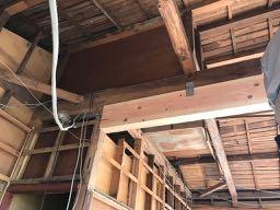 梁の補強工事中の写真です