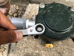 砂こし器のフィルター掃除をする時はラチェットレンチを使用