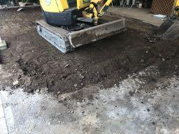 重機で約10センチ程度の既存の土をすきとります