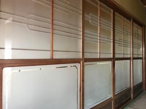 間口2間の4枚引のガラス戸