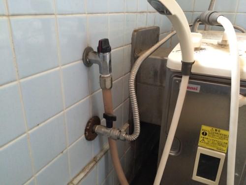 バランス釜とガスの元栓の写真です。