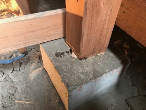 束と束石の間の隙間補修