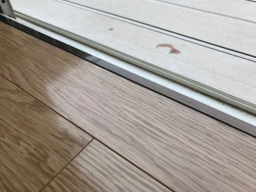 掃き出しのサッシの部分をアルミ製のL型アングルで納めた施工例の写真