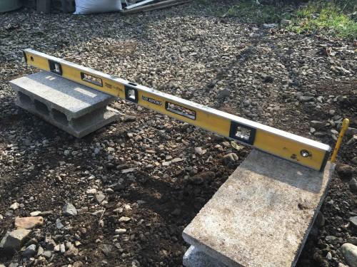 水平器を使用しながらブロックの上端の高さを揃えていきます。