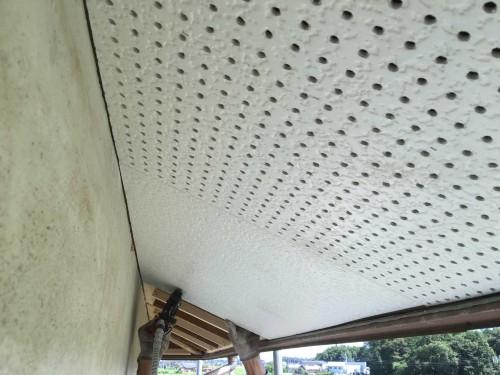 既存の軒天材をはがして新建材の軒天を張っている時の写真