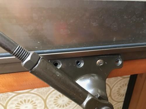玄関ドアのドア枠に取り付けているブラケットの部分のネジは4本のうち1本しか取り付いていない状態