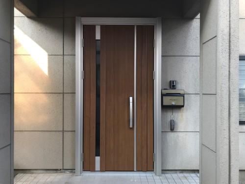 玄関ドアリフォームの完成写真