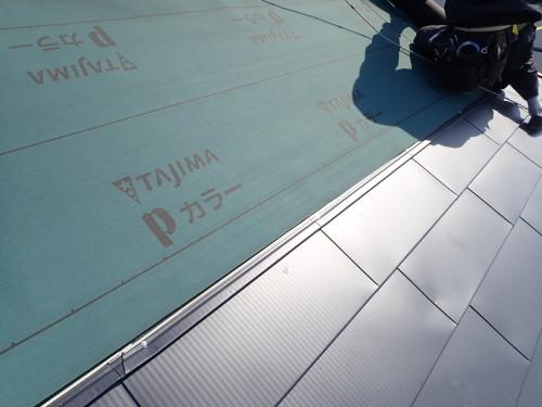 既存のコロニアル屋根の上にアスファルトルーフィングを下葺きしてからガルバリウム鋼板をビス留めで取り付けて施工