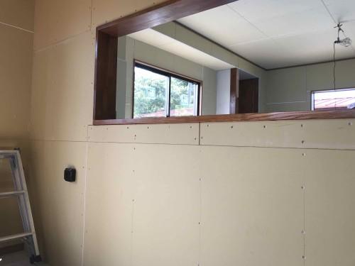 ダイニングとキッチンの間に間仕切り壁を造ります