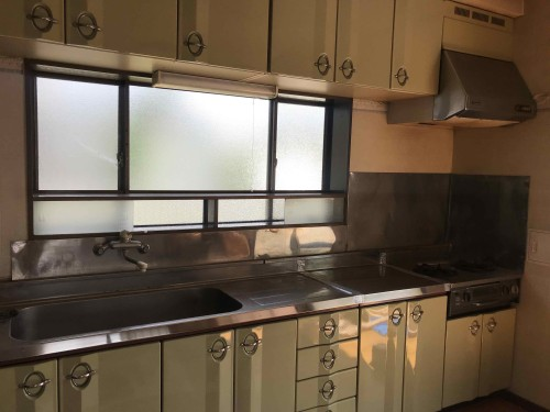 キッチンリフォーム前はキッチン北面の壁際に流し台とガス台が設置されていました