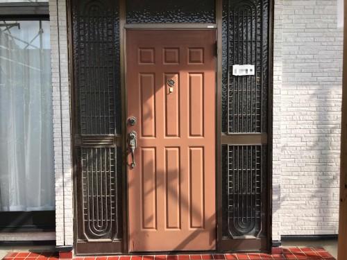 リフォーム前の玄関ドアの写真