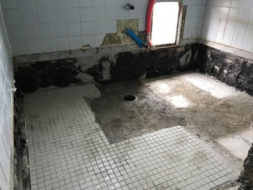 既存の浴室を解体し配管工事を施工した後の写真